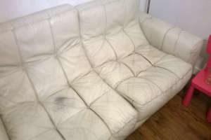 Wytarta sofa skórzana